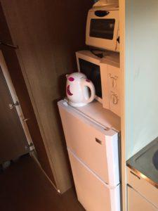 電子レンジ、冷蔵庫、ケトル、トースター