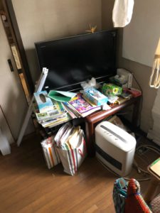 テレビ、ヒーター、テーブル、雑誌