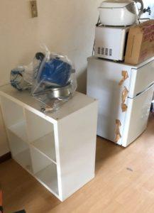 冷蔵庫、炊飯器、電子レンジ、本棚、調理器具